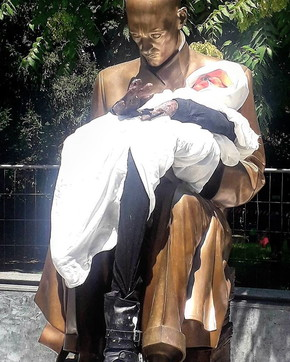 Montanelli, fantoccio di una bimba alla statua di Porta Venezia